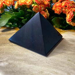 Shungit_pyramide_8x8cm